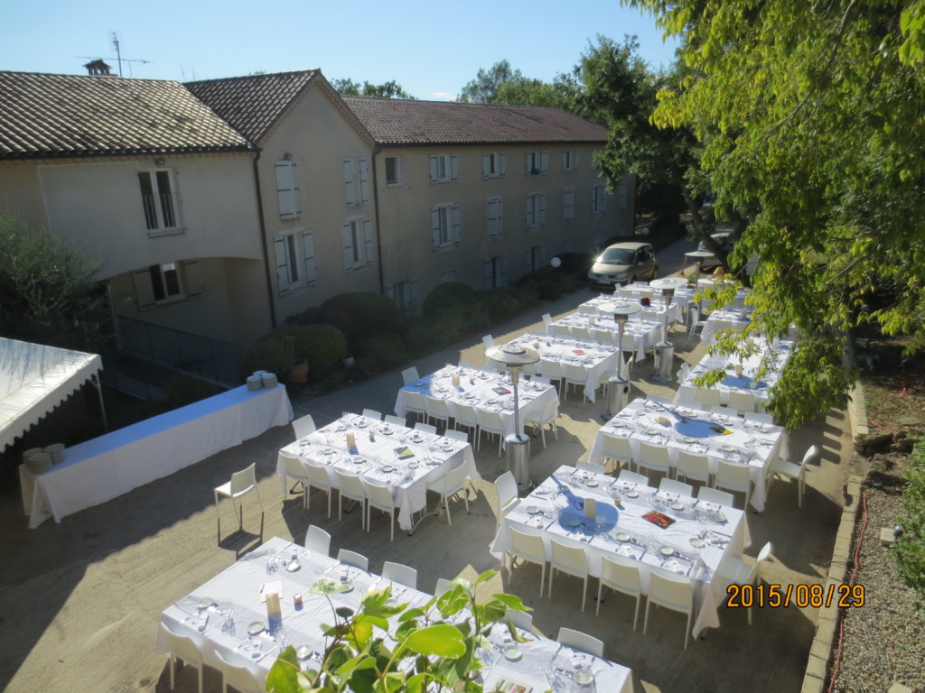 Terrasse avec tables pour mariage 4.JPG