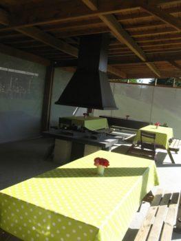 Le préeau et son barbecue central (toiture végétale) - L
